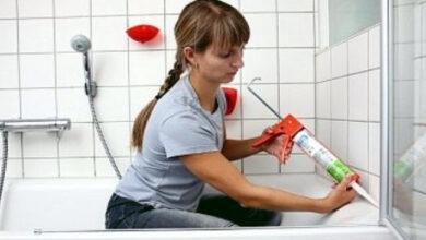 Чем закрыть щель между ванной и стеной