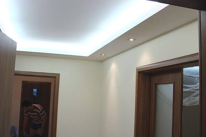Подвесной потолок из гипсокаратона в коридоре
