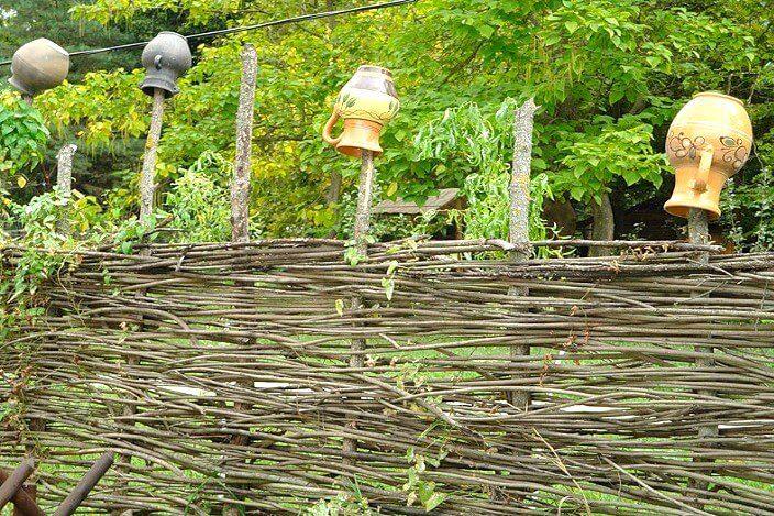 Декоративное ограждение из плетеного заборчика