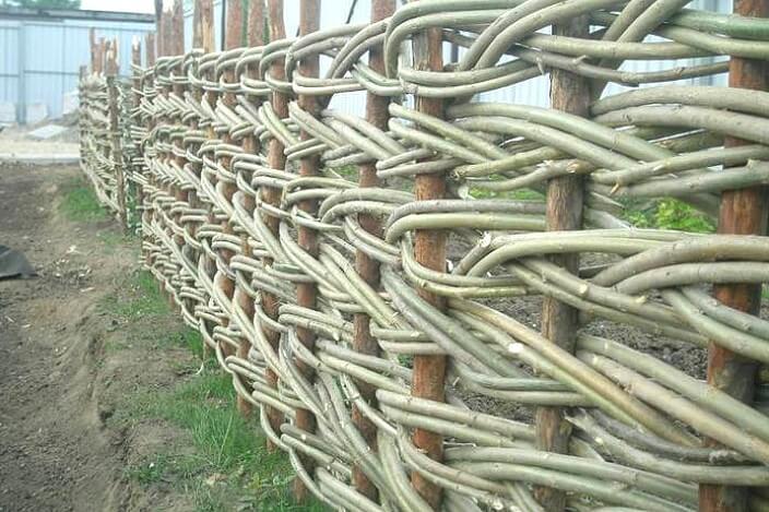 декоративное ограждение плетёное в горизонтальном направлении